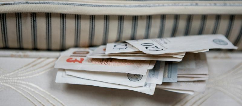 Mai tinem banii la saltea? Economisim, risipim sau investim?